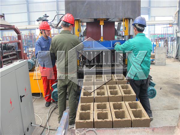The machine making hollow bricks